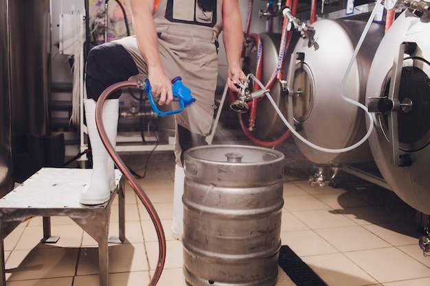 Sprzęt do warzenia piwa rzemieślniczego w browarze zbiorniki metalowe, produkcja napojów alkoholowych.