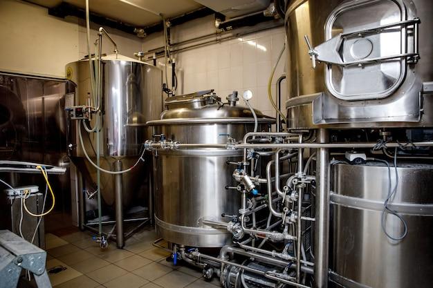 Sprzęt do warzenia piwa w browarze.
