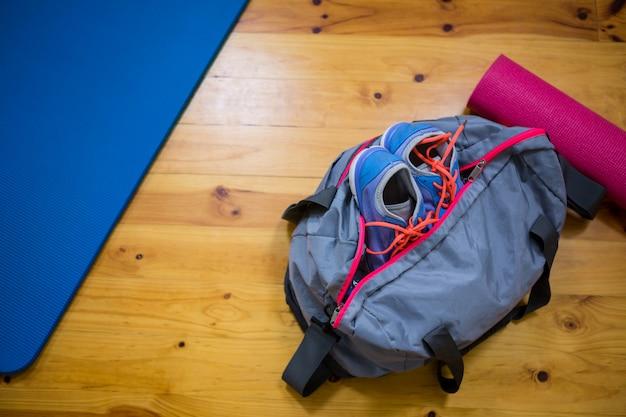 Sprzęt fitness na drewnianej podłodze