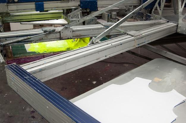 Sprzęt i maszyny do malowania tkanin na zbliżeniu fabryki odzieży
