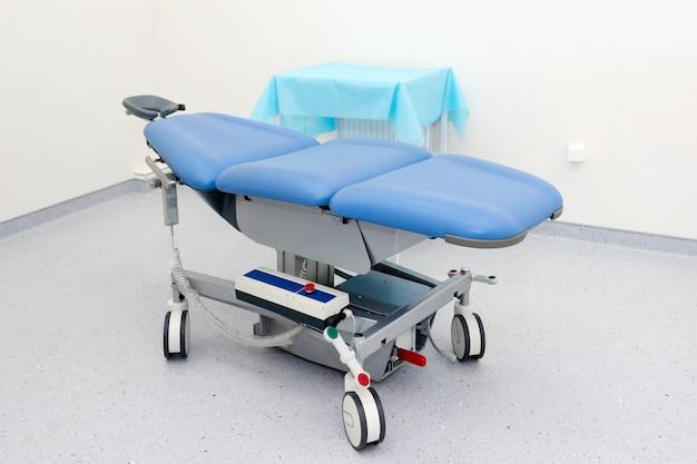 Sprzęt i urządzenia medyczne w nowoczesnej sali operacyjnej. nowoczesne wyposażenie sali chirurgicznej w szpitalu. widok wnętrza sali operacyjnej