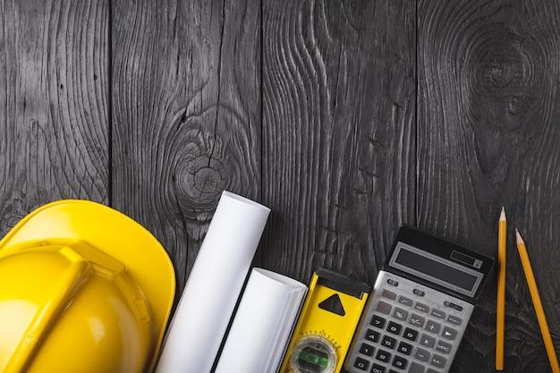 Sprzęt inżynieryjny ustawiony na drewnianym tle