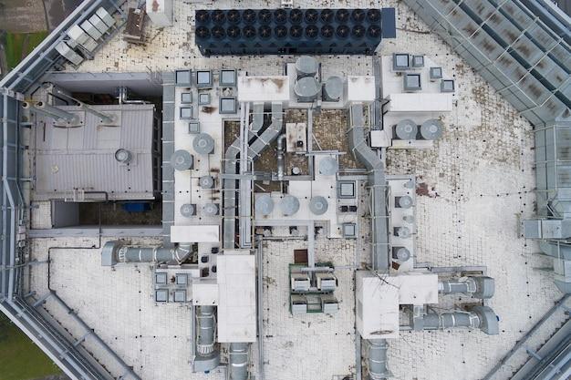 Sprzęt klimatyzacyjny na szczycie nowoczesnego budynku - widok z lotu ptaka na dach wraz ze wszystkimi niezbędnymi instalacjami