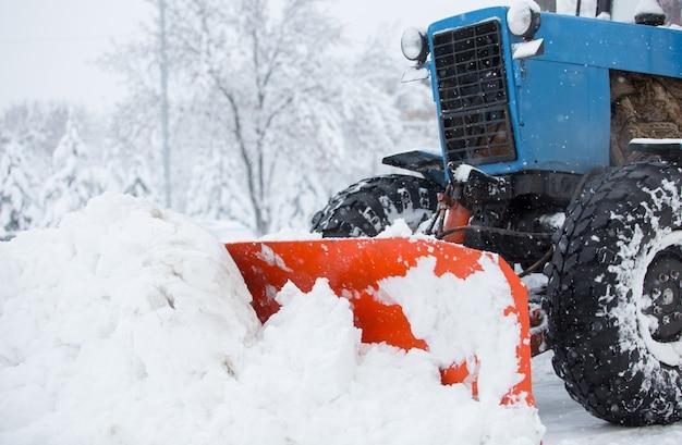 Sprzęt komunalny czyści śnieg na ulicach