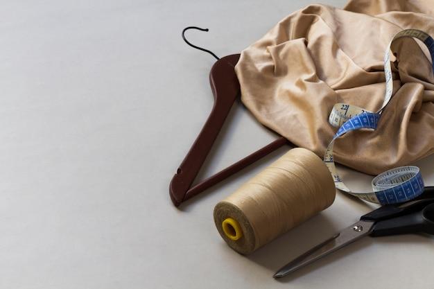 Sprzęt krawiecki z materiałami w miejscu pracy