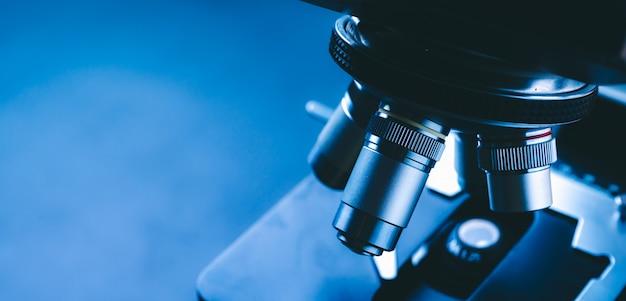 Sprzęt laboratoryjny mikroskop optyczny, zbliżenie mikroskopu naukowego z metalową soczewką, analiza danych w laboratorium