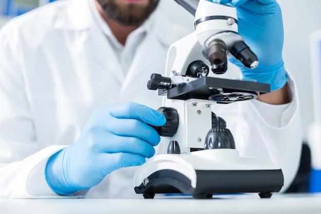 Sprzęt laboratoryjny. zbliżenie profesjonalnego mikroskopu używanego do badań naukowych w laboratorium