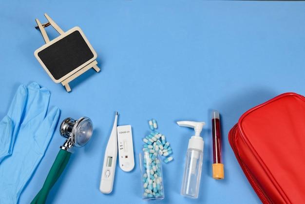 Sprzęt medyczny do pielęgnacji zakażenia wirusem covid-19 - stetoskop, termometr, rękawiczki jednorazowe, test na koronawirusa i alkohol