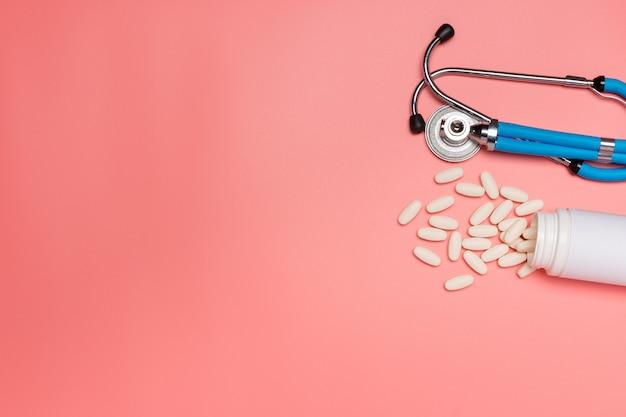 Sprzęt medyczny na różowej pastelowej powierzchni.