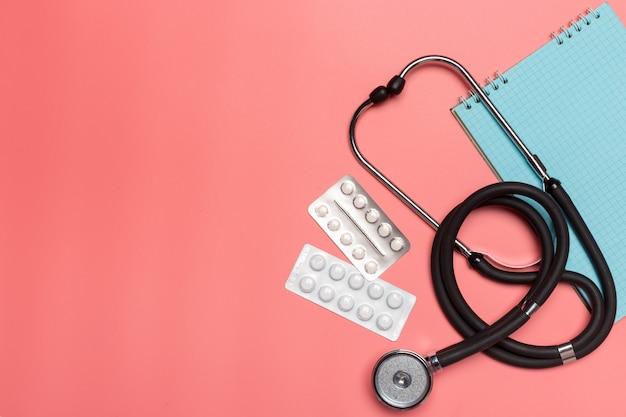 Sprzęt medyczny na różowym pastelu