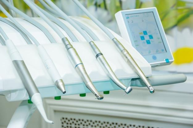 Sprzęt medyczny różne instrumenty dentystyczne i specjalistyczne rodzaje leczenia chorób