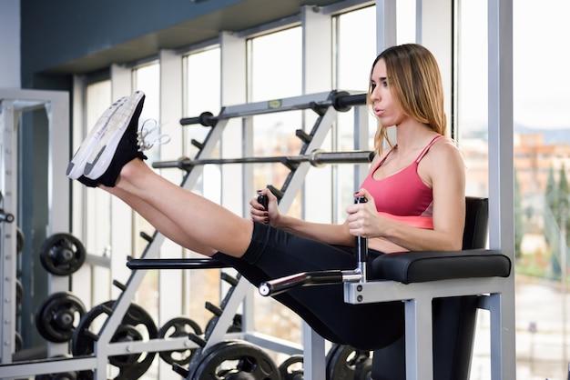 Sprzęt muskularny sportowiec zdrowego treningu