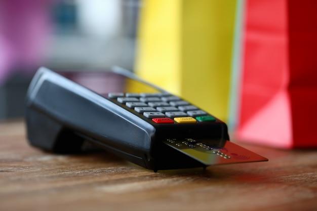 Sprzęt na drewnianym stole koncepcja płatności