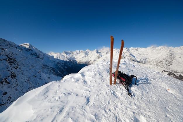 Sprzęt narciarski w śniegu, zima w alpach