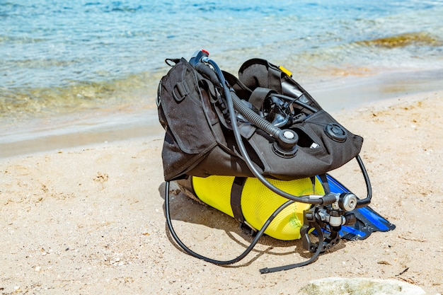 Sprzęt nurka, balon tlenowy leży na plaży. nurkowanie, sprzęt, płetwy, balony, maski