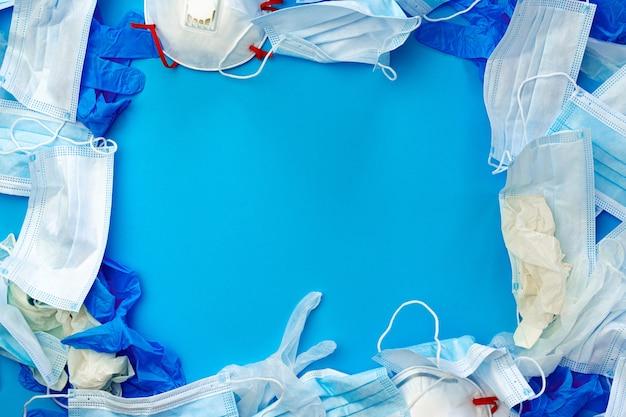 Sprzęt ochronny, maski i rękawiczki na niebieskim tle