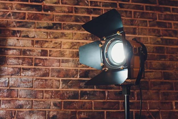 Sprzęt oświetleniowy jedna lampa świeci, na cegle.