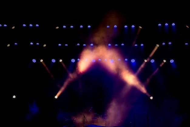 Sprzęt oświetleniowy na scenie.