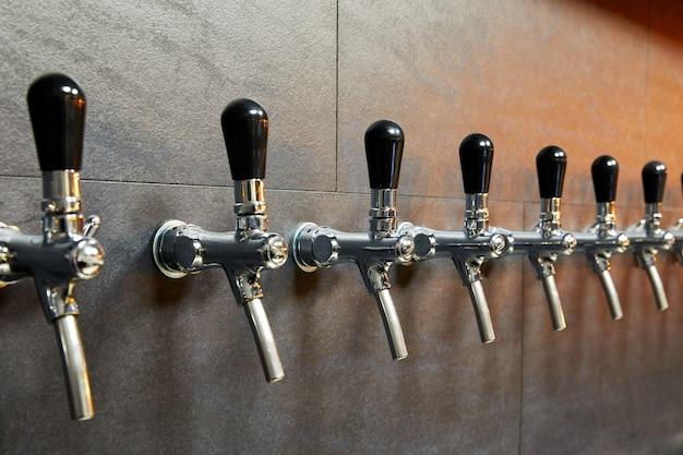 Sprzęt piwny do rozlewania piwa w rzędzie