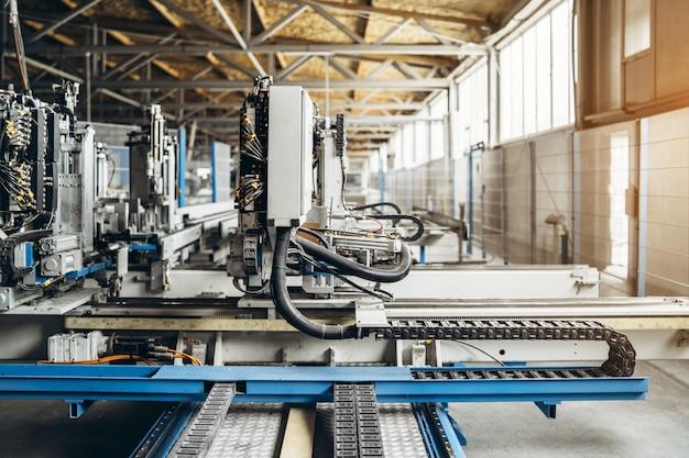 Sprzęt produkcyjny w fabryce okien.