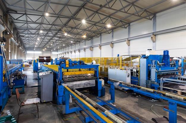 Sprzęt przemysłu metalowego na tle produkcji, obiektyw szerokokątny. przemysł magazynowy
