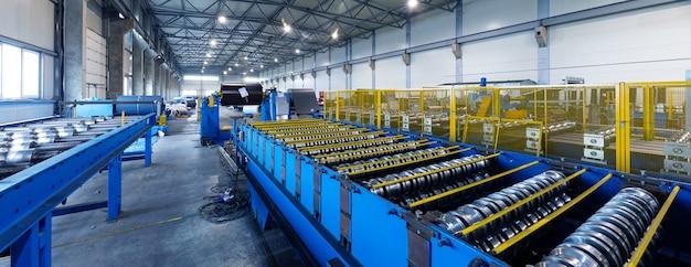 Sprzęt przemysłu metalowego na tle produkcji, obiektyw szerokokątny