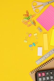 Sprzęt roboczy i składanie raportów w biurze
