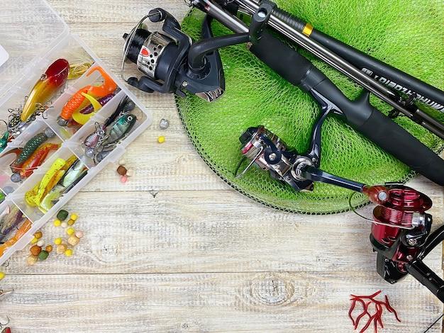 Sprzęt rybacki. spławik, wobler, haczyki na przynęty, na drewnianej powierzchni. selektywne skupienie