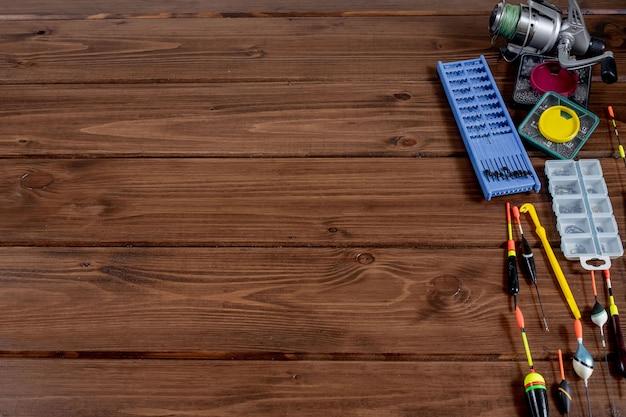 Sprzęt rybacki. wędka pływak i akcesoria na drewniane tła