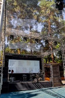 Sprzęt sceniczny na koncert. duża scena z monitorem. selektywne skupienie. koncert plenerowy.