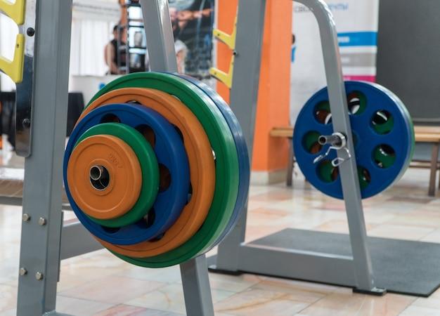 Sprzęt sportowy i sztanga na siłowni, zbliżenie