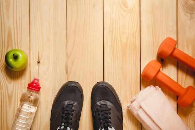 Sprzęt sportowy na drewnianej podłodze. widok z góry