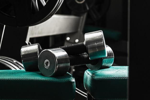 Sprzęt sportowy na siłowni. dumbbells różny ciężaru zakończenie up