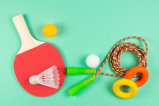 Sprzęt sportowy na zielonym tle