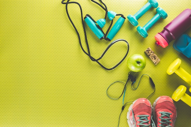 Sprzęt sportowy wokół jabłka i batonu energetycznego