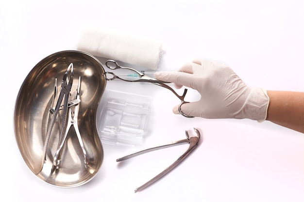 Sprzęt stomatologiczny w sterylnym opakowaniu z ręką lekarza