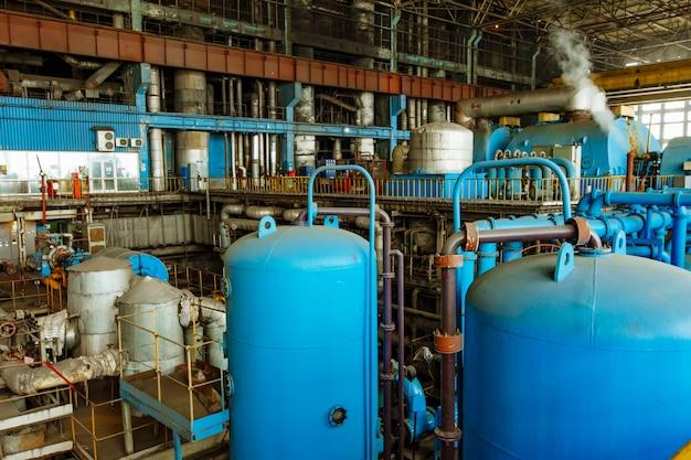 Sprzęt to stara elektrownia. wewnętrzna fabryka elektrociepłowni.