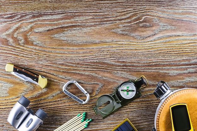 Sprzęt turystyczny lub podróżny z kompasem, lornetką, zapałkami na drewnie