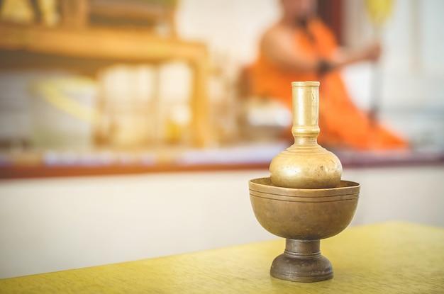 Sprzęt używany w rytuałach buddyzmu przez pomarańczową sukienkę księży