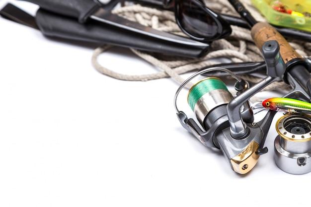 Sprzęt wędkarski i kotwica ze sznurkiem na białym tle