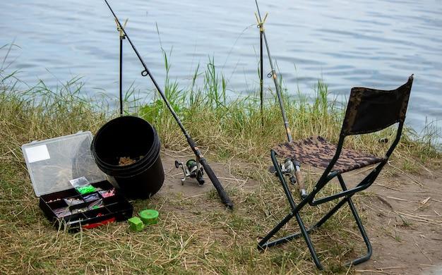Sprzęt wędkarski na brzegu rzeki, wędka zanętowa, wędka spinningowa, ryba. natura. selektywne skupienie