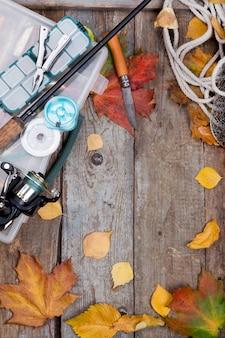 Sprzęt wędkarski na pokładzie z liśćmi jesieni