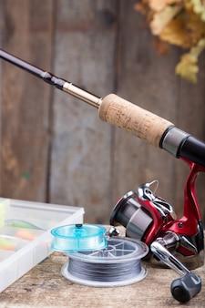 Sprzęt wędkarski na starej drewnianej desce