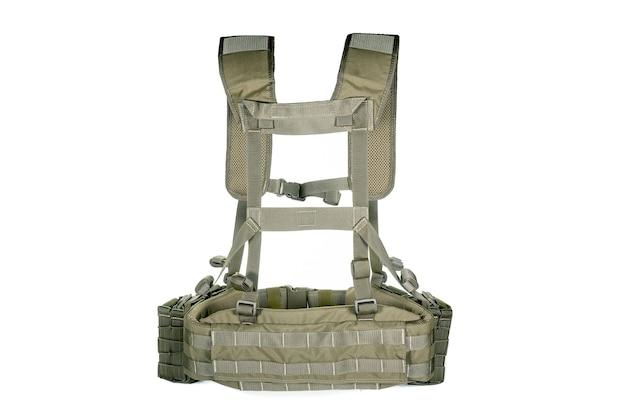 Sprzęt wojskowy na białej powierzchni. kurtka na ramiączkach, nowoczesna amunicja bojowa armii. styl militarny, zestaw elementów armii.