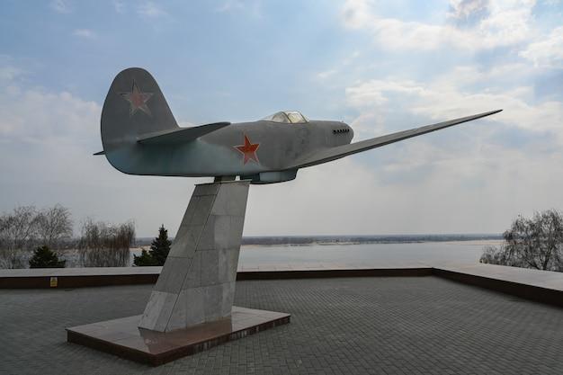 Sprzęt wojskowy z ii wojny światowej na ulicy wołgograd.