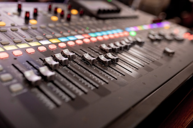 Sprzęt z przyciskami do sterowania mikserem dźwięku, sprzęt do sterowania mikserem dźwięku, urządzenie elektryczne