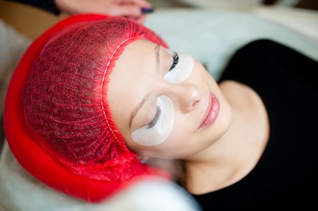 Sprzętowe nawilżenie skóry w salonie kosmetycznym.