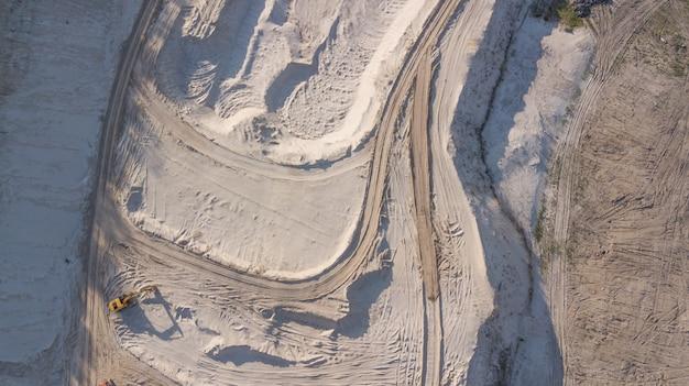 Spychacz w kamieniołomie piasku
