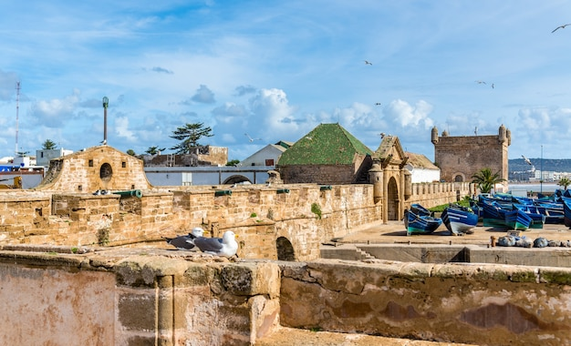 Sqala du port, wieża obronna w porcie rybackim essaouira w maroku