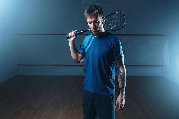 Squash gracz z rakietą, hala treningowa